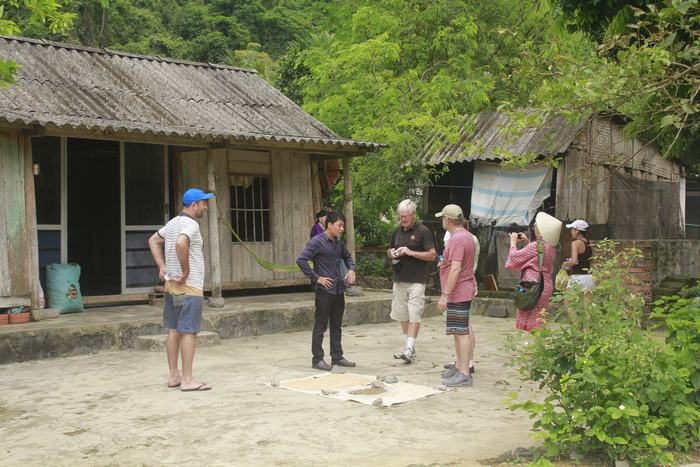 People in Cat Ba is talking with foreign tourists